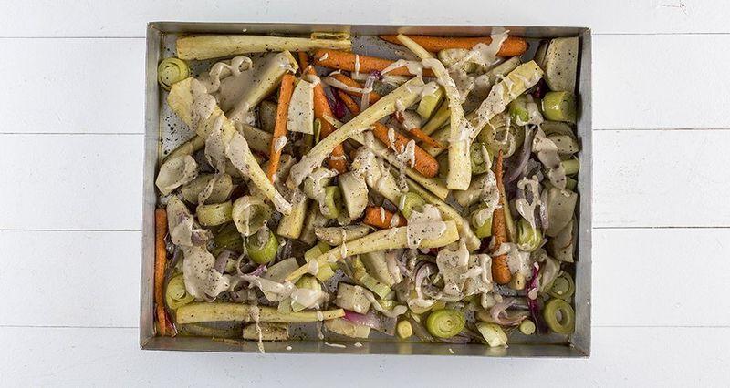 Ψητά λαχανικά με σως ταχίνι από τον Άκη Πετρετζίκη