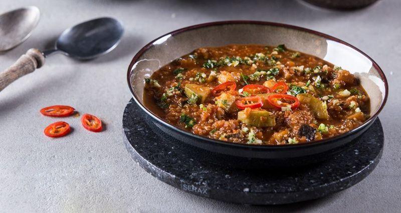 Ρατατούι σούπα με κινόα από τον Άκη Πετρετζίκη