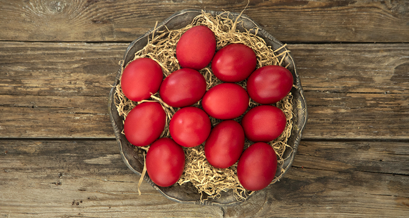 Κόκκινα πασχαλινά αυγά από τον Άκη Πετρετζίκη