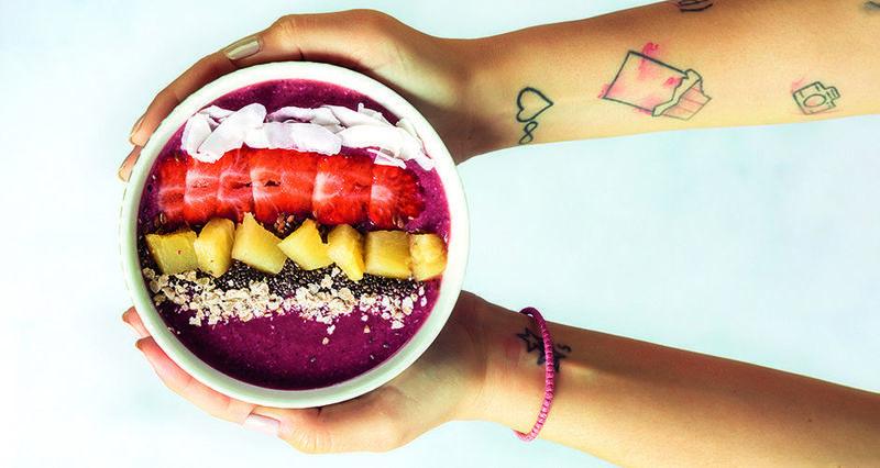 Acai μπολ με μάνγκο και φράουλες από τον Άκη Πετρετζίκη