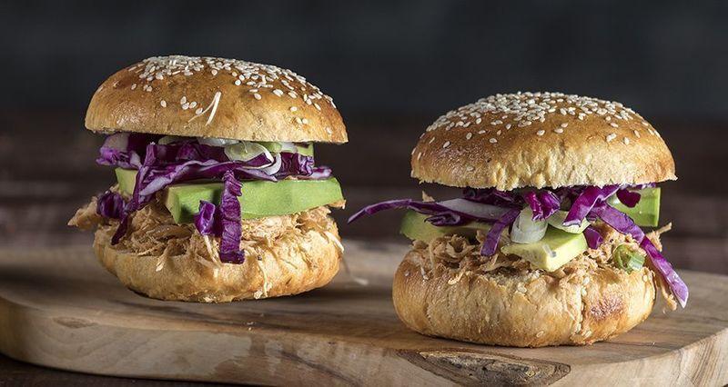 Light burger κοτόπουλο με λάχανο από τον Άκη Πετρετζίκη