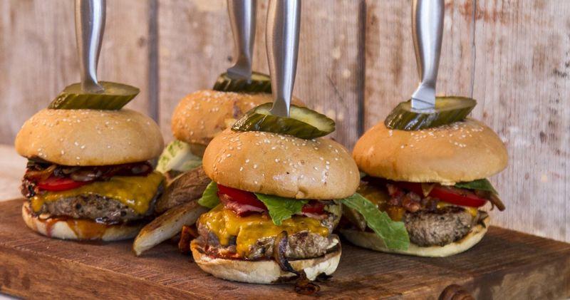 Burger από τον Άκη Πετρετζίκη
