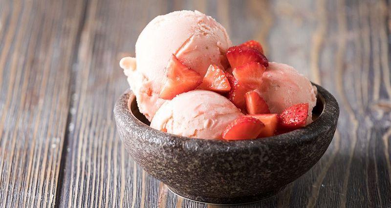 Σπιτικό παγωτό φράουλα από τον Άκη Πετρετζίκη