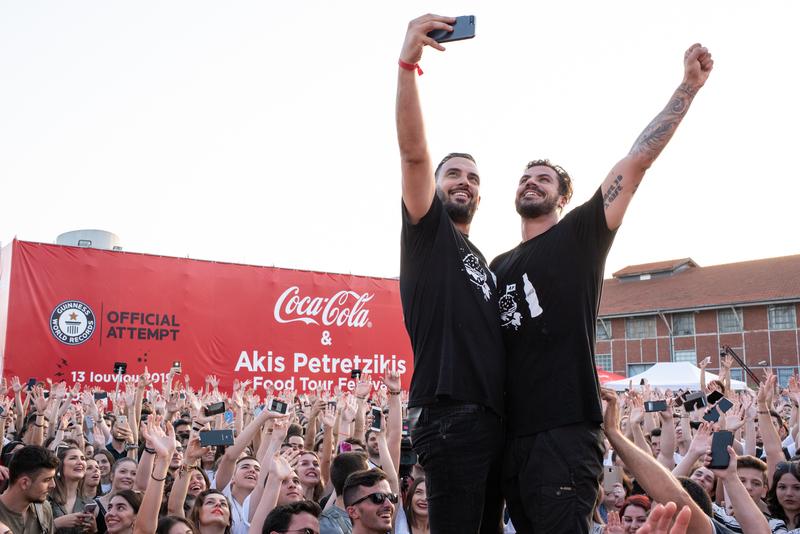 Ο Άκης Πετρετζίκης έσπασε το παγκόσμιο ρεκόρ Guinness