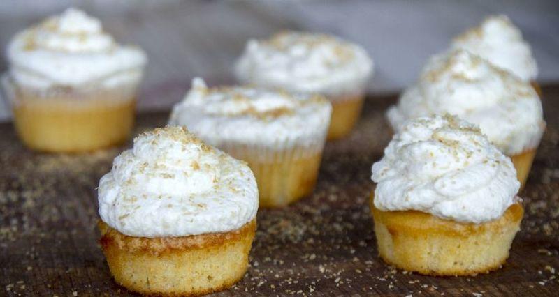 Cupcakes με λεμόνι και καρύδα από τον Άκη Πετρετζίκη