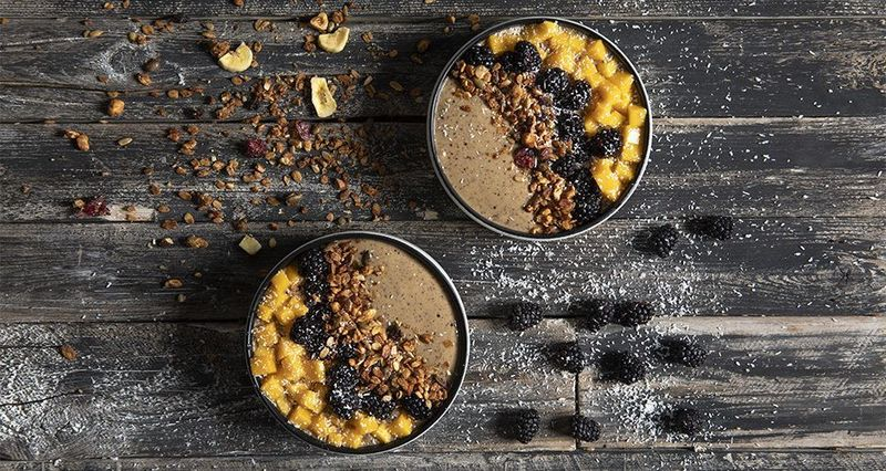 Acai bowl με ρόφημα αμυγδάλου και μάνγκο από τον Άκη Πετρετζίκη