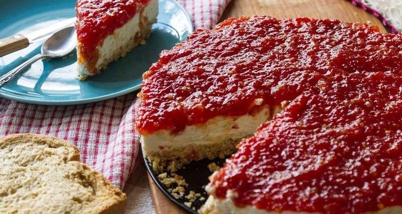 Αλμυρό cheesecake με γλυκό ντομάτας από τον Άκη Πετρετζίκη