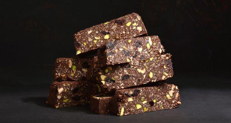 Σοκολατένιες μπάρες με ξηρούς καρπούς από τον Άκη Πετρετζίκη
