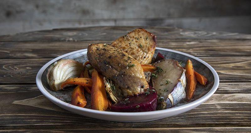 Χοιρινό με ψητά λαχανικά από τον Άκη Πετρετζίκη