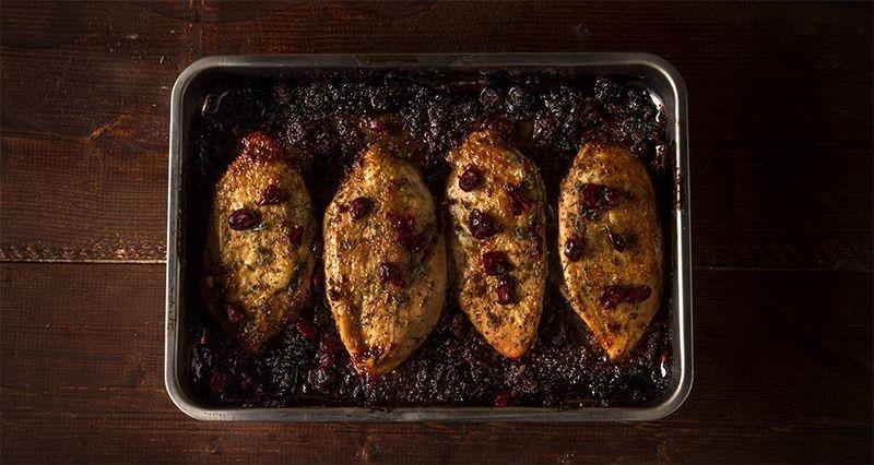 Ψητό κοτόπουλο με βαλσάμικο και cranberries από τον Άκη Πετρετζίκη