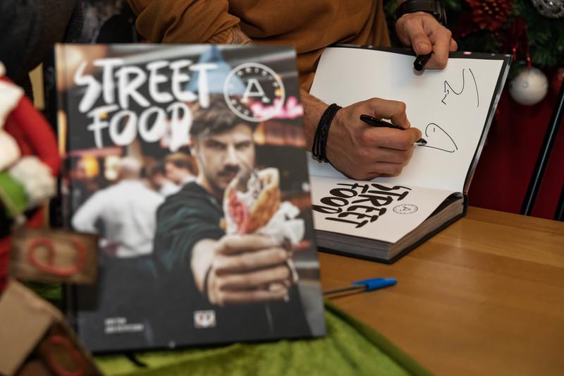 """Η παρουσίαση του βιβλίου """"Street Food"""" του Άκη Πετρετζίκη"""