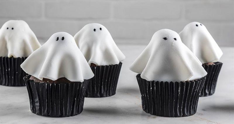 Cupcakes φαντασματάκια από τον Άκη Πετρετζίκη