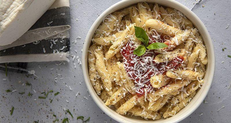 Στρασινάτι με κόκκινη σάλτσα από τον Άκη Πετρετζίκη