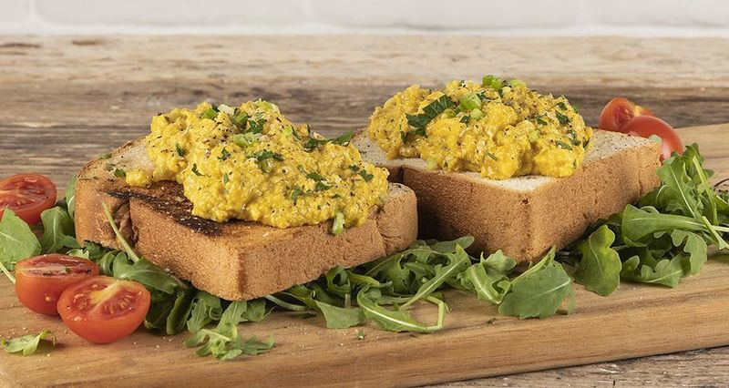 Scrambled eggs with turmeric by the Greek chef Akis Petretzikis