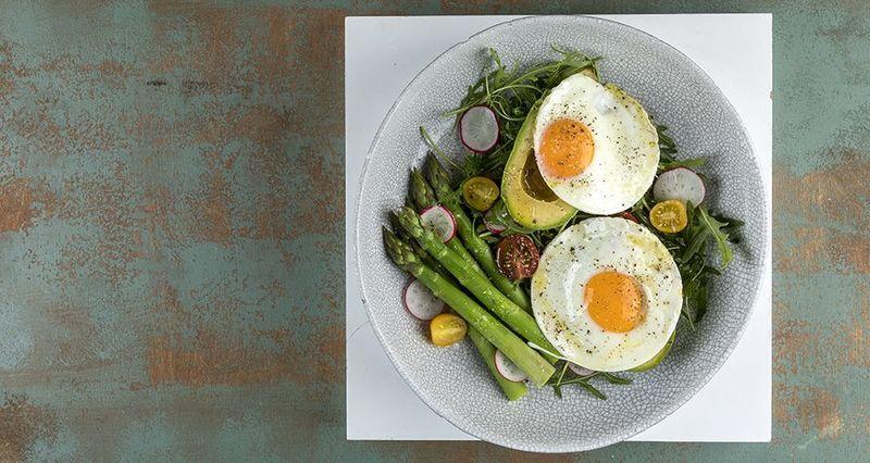 Τηγανητά αβγά με αβοκάντο από τον Άκη Πετρετζίκη