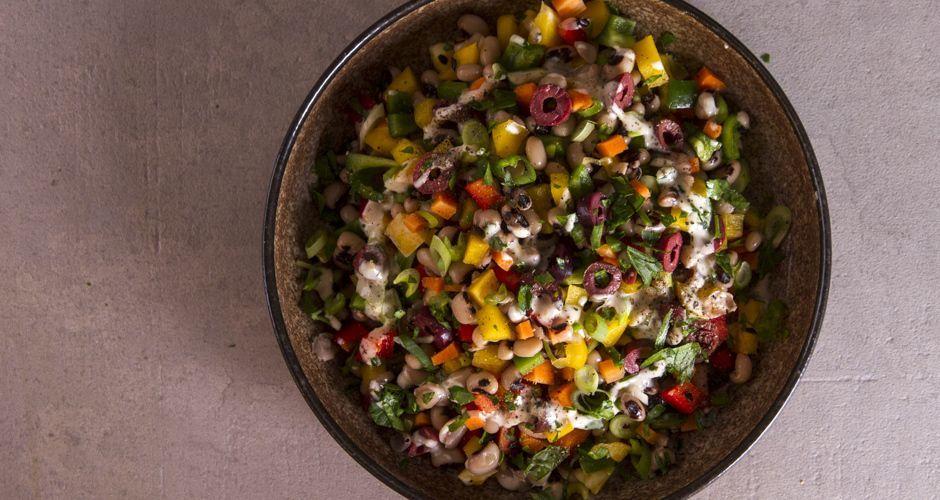 Σαλάτα με μαυρομάτικα φασόλια και σος ταχίνι