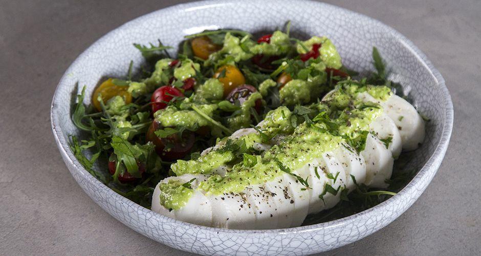 Salad with green pea pesto