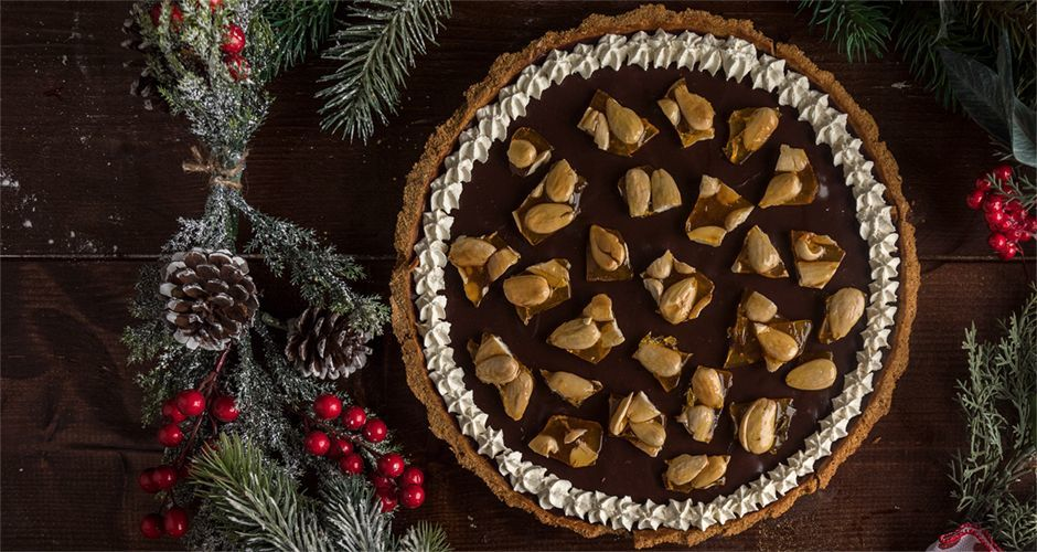 Chocolate cream tart with caramelized almonds
