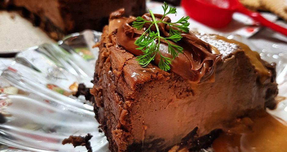 Χριστουγεννιάτικο σοκολατένιο cheesecake με βάση από γλυκό μωσαϊκό