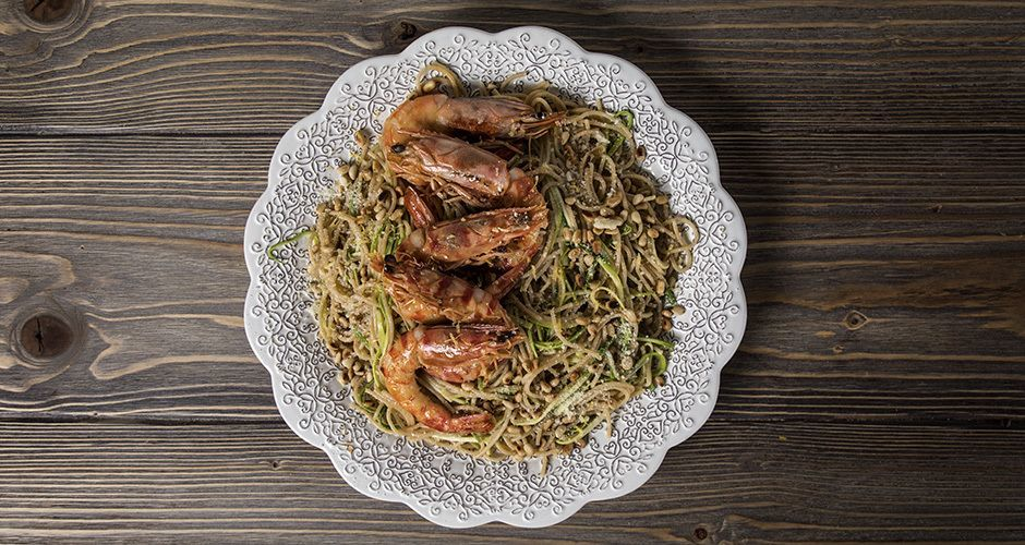 Whole wheat spaghetti with shrimp and zucchini