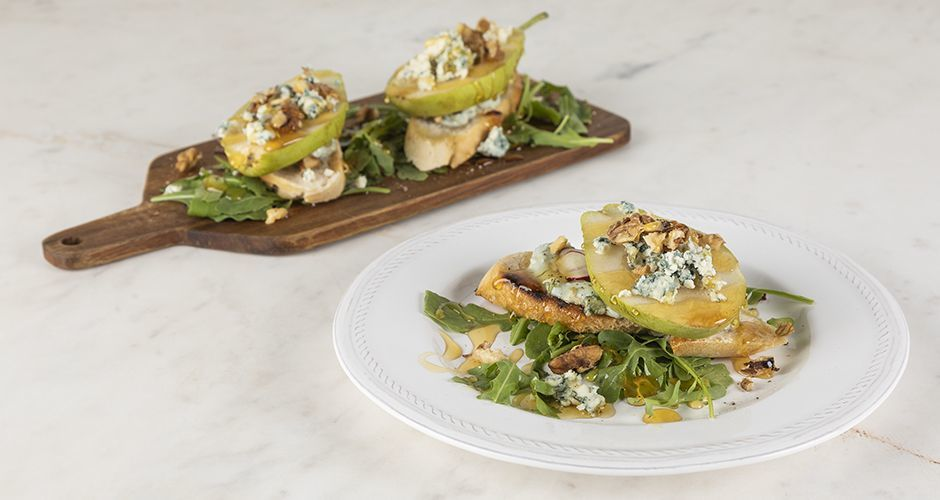 Bruschetta with pears and blue cheese