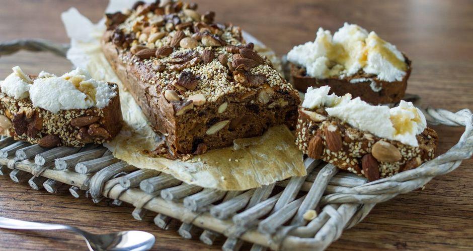 Ψωμί με σύκο και ξηρούς καρπούς
