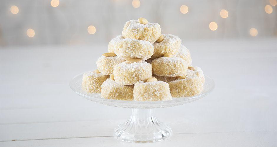 Raw Greek almond snowballs – Kourabiedes
