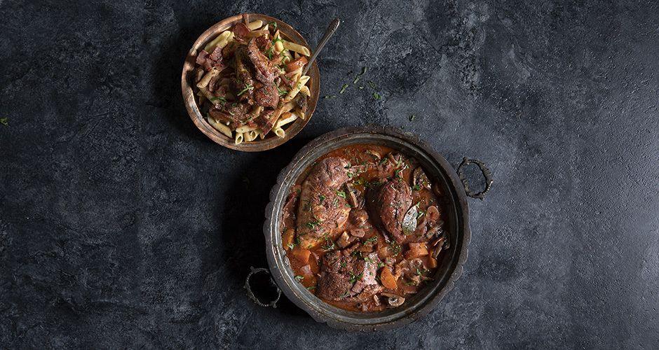 Κοτόπουλο κρασάτο (Coq au vin) Συνταγή   Άκης Πετρετζίκης