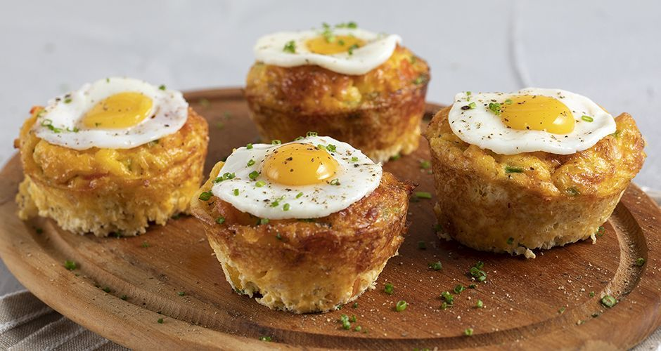 Muffins with fried quail eggs