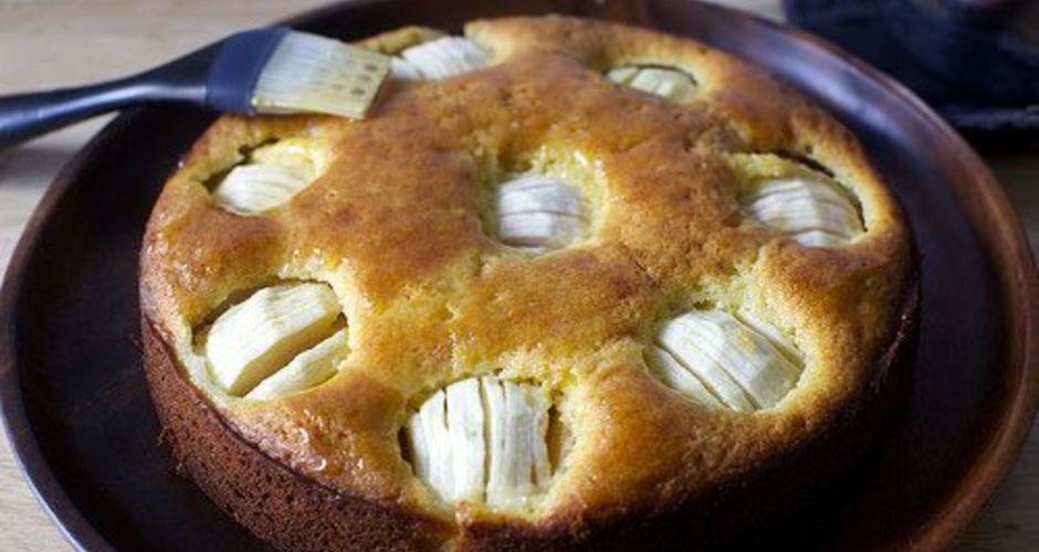 Μελένιο κέικ με βυθισμένα μήλα