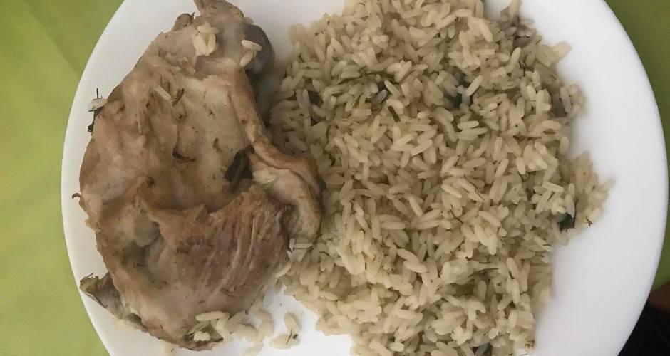 Αρνί με άνηθο, φρέσκα κρεμμυδάκια και ρύζι