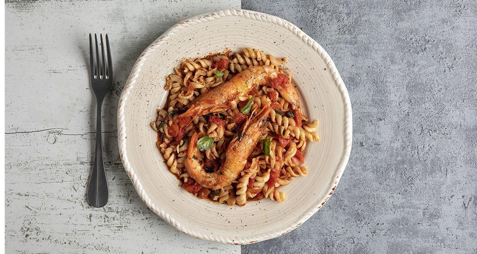 Βίδες με γαρίδες και κόκκινη σάλτσα