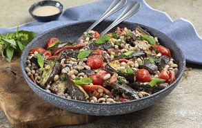 Recipe thumb salata me mauromatika fasolia kai melitzanes