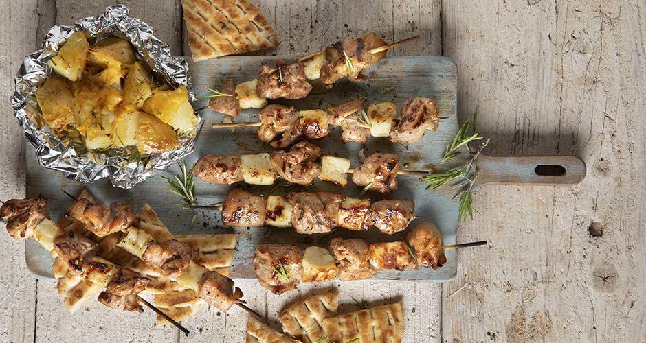 Σουβλάκια με αρνί και χαλούμι και ψητές πατάτες στη σχάρα