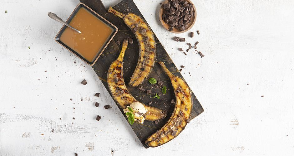 Grilled bananas with toffee sauce and caramel ice cream