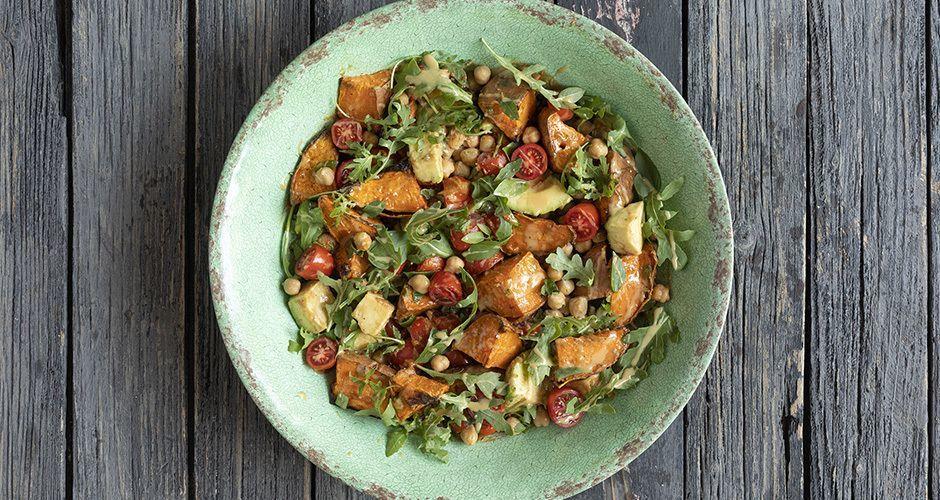 Recipe main salata me glikopatata revithia kai saltsa