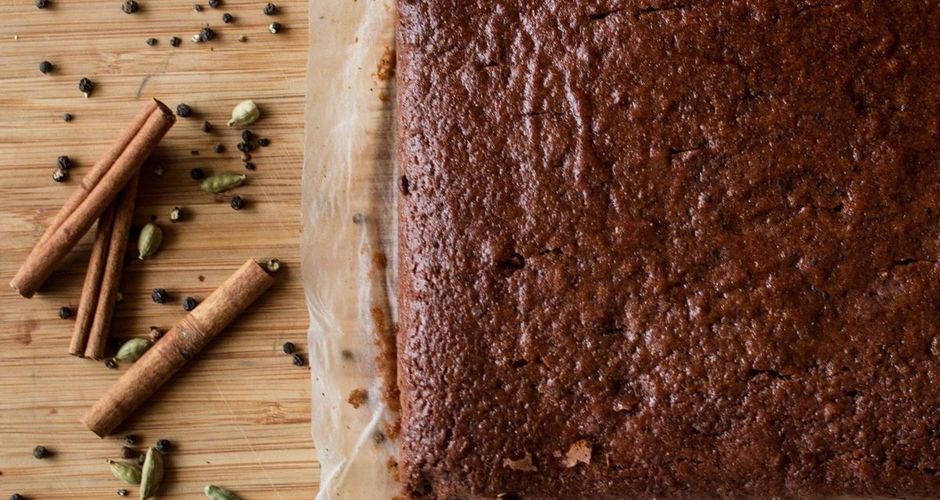 Αφράτο κέικ με σιρόπι και μπαχαρικά