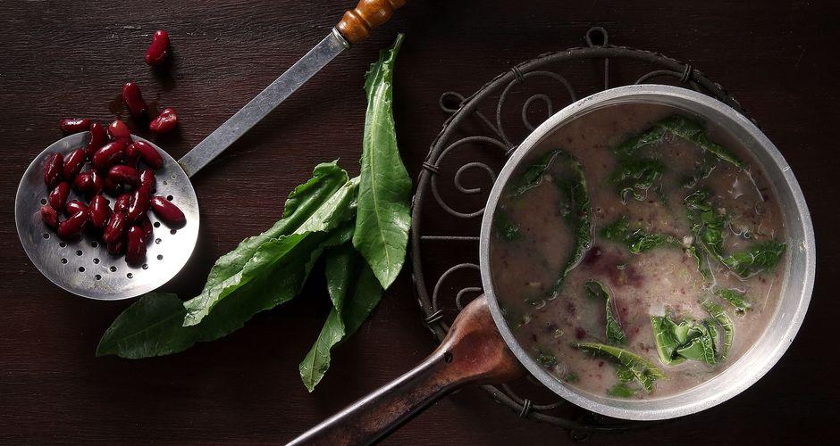 Σούπα με φασόλια και λάπαθα