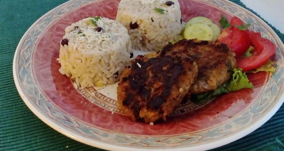 Ζουμερά μπιφτέκια και ρύζι με σταφίδες και κουκουνάρι