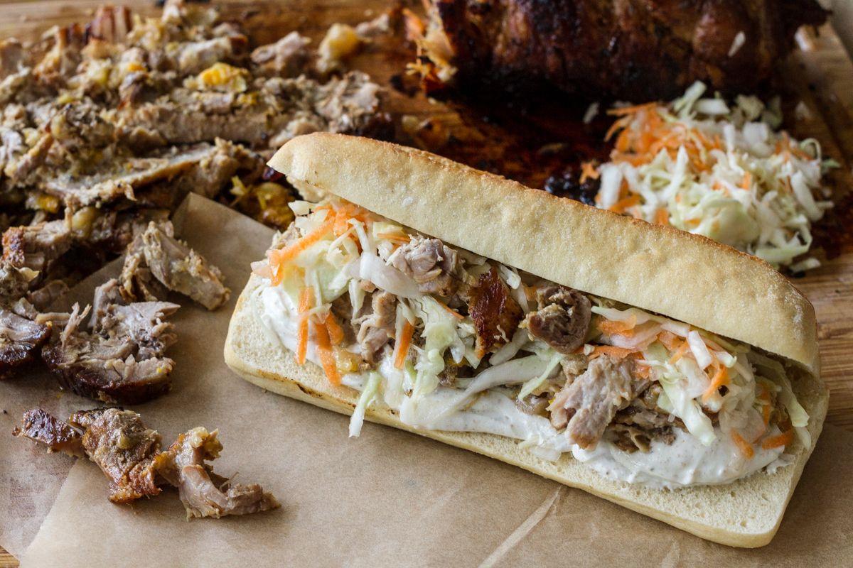 Akis petretzikis sandwich me xoirino kai coleslaw