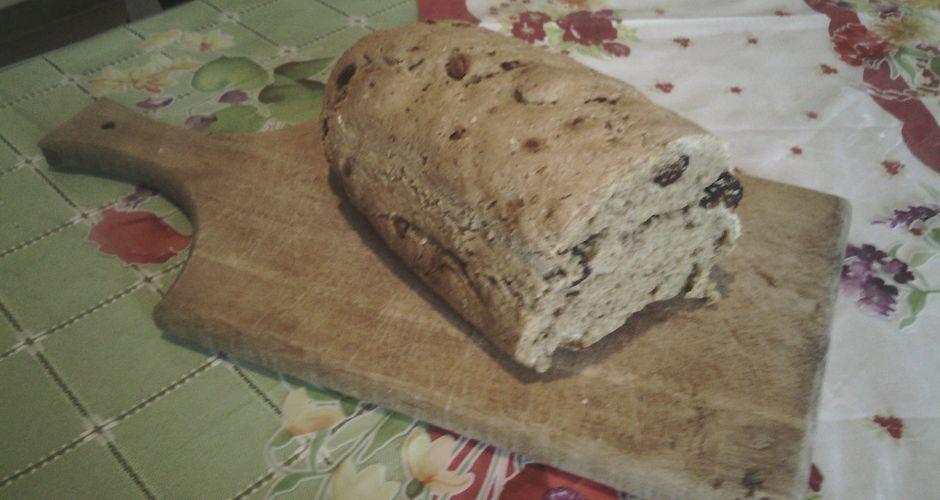 Ψωμί με αποξηραμένα σύκα και μπαχαρικά