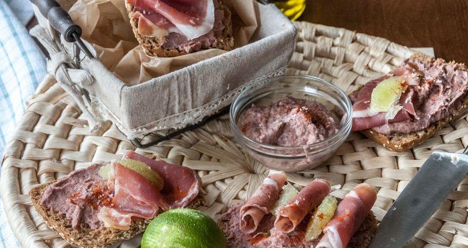Μπρουσκέτες με hummus από φασόλια και προσούτο