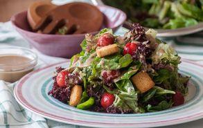 Recipe thumb akis petretzikis salata me spanaki marouli frize kai fraoules 2
