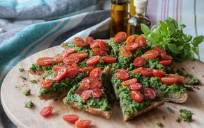 Recipe thumb akis petrezikis pizza pesto