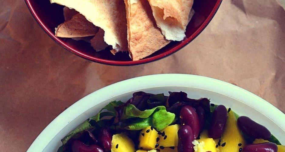 Σαλάτα με μάνγκο, κόκκινα φασόλια και τσιπς τορτίγιας