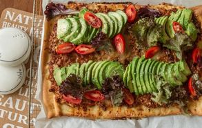 Recipe thumb akis petretzikis pizza me chilli con carne