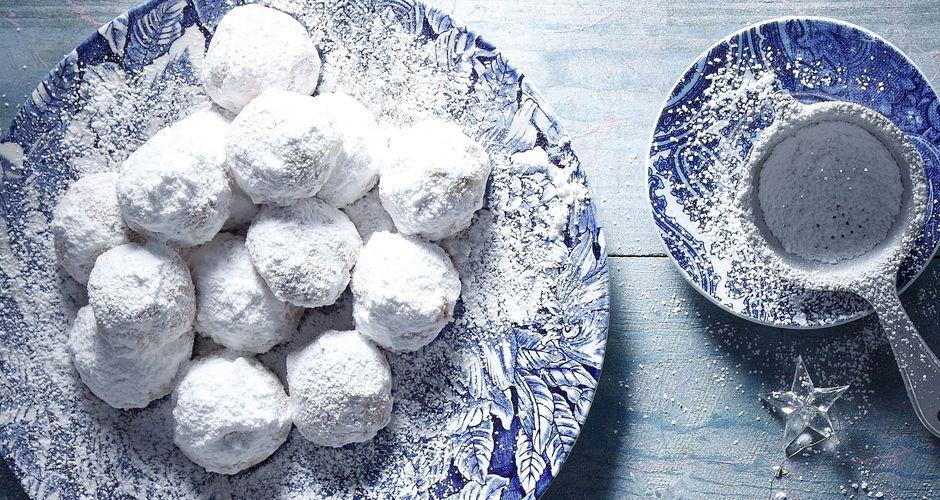Greek almond snow balls - Kourabiedes (nea Karvali)
