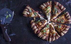 Recipe thumb akis petretzikis pizza loukaniko