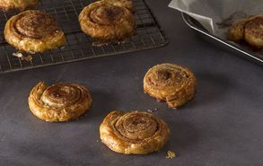 Recipe thumb akis petretzikis cinnamon rolls sfoliata site
