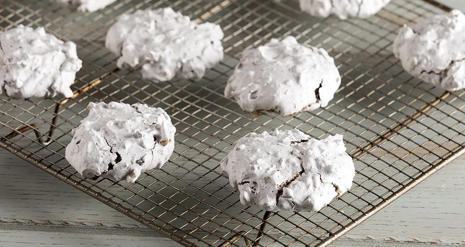 Quick and easy almond chocolate meringue cookies
